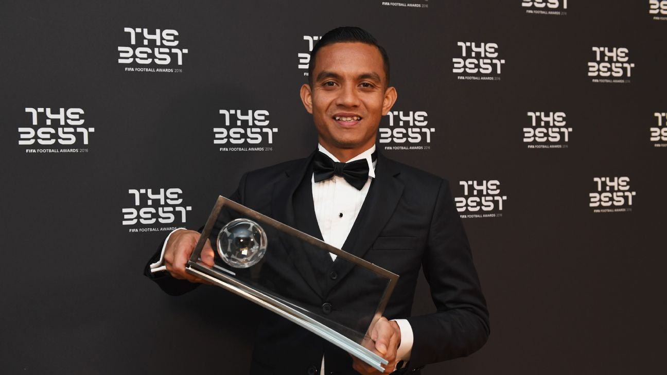 Faiz Subri with Puskas award trophy