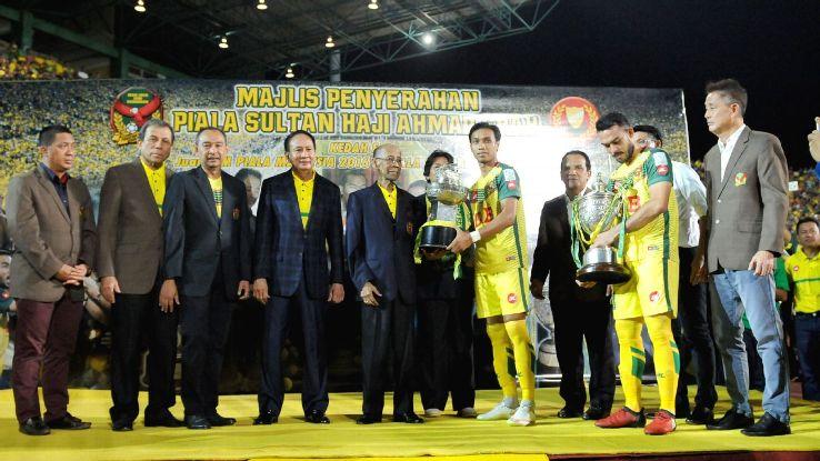 Kedah captain Baddrol with 2017 trophy
