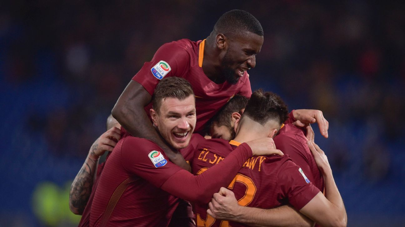 Federico Fazio celebrates with teammates after scoring a goal in Roma's 4-0 win against Napoli.