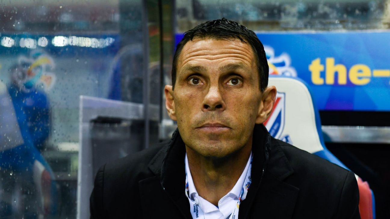 Gus Poyet, head coach of Shanghai Shenhua, during the AFC Champions League 2017 playoff match against Brisbane Roar.
