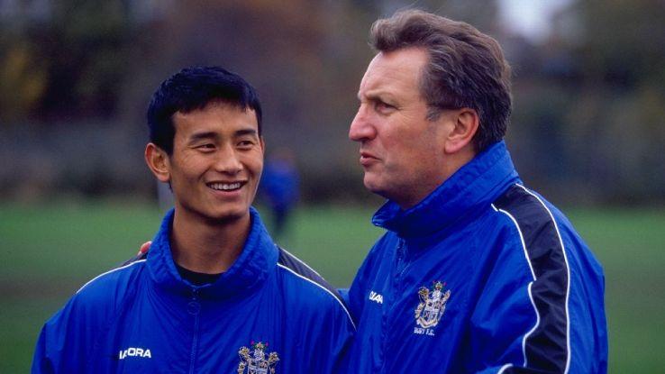 11 Nov 1999: Baichung Bhutia with his Bury FC manager Neil Warnock. Bhutia scored three goals in 37 appearances over three seasons at Bury.