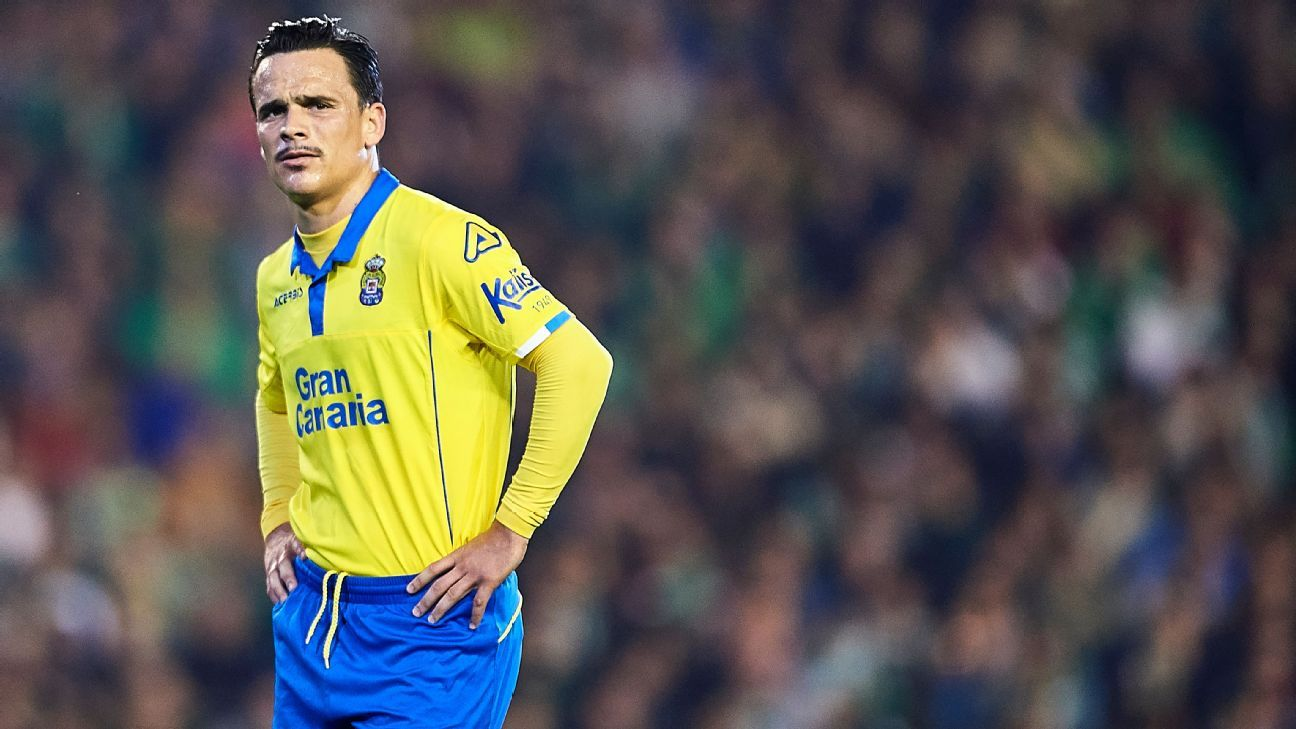 Las Palmas' Roque Mesa looks on during the match between Real Betis and Las Palmas at Benito Villamarin Stadium on November 18, 2016 in Seville, Spain.