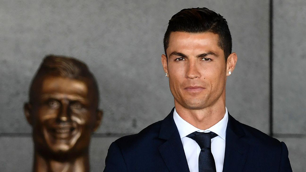 Cristiano Ronaldo poses with the controversial bust by Emanuel Santos.