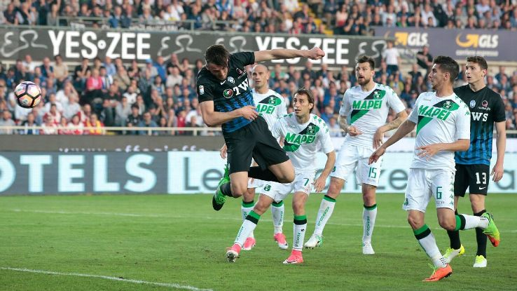 Bryan Cristante of Atalanta scores during the Serie A match against Sassuolo at Stadio Atleti Azzurri d'Italia.