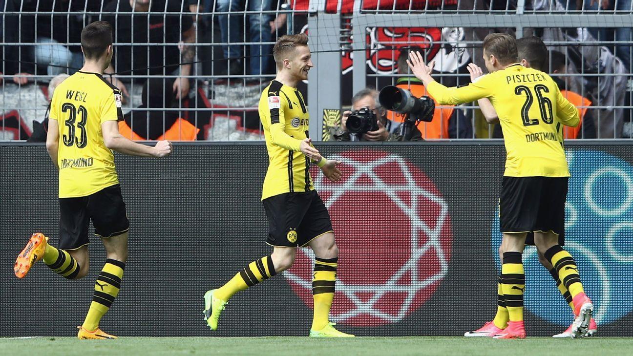 Borussia Dortmund celebrate Marco Reus' goal.