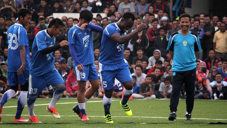 Michael Essien warming up at Persib Bandung