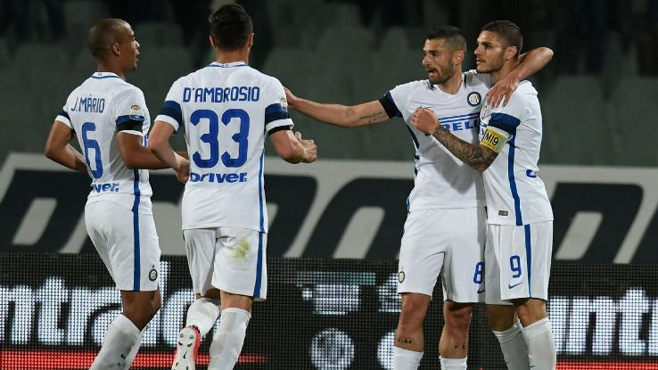 Mauro Icardi celebrates with Inter Milan teammates after scoring a goal against Fiorentina.