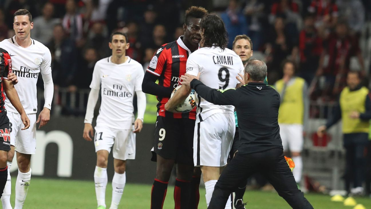 Mario Balotelli, left, and Edinson Cavani exchange words in the Ligue 1 match between Nice and PSG on Sunday.