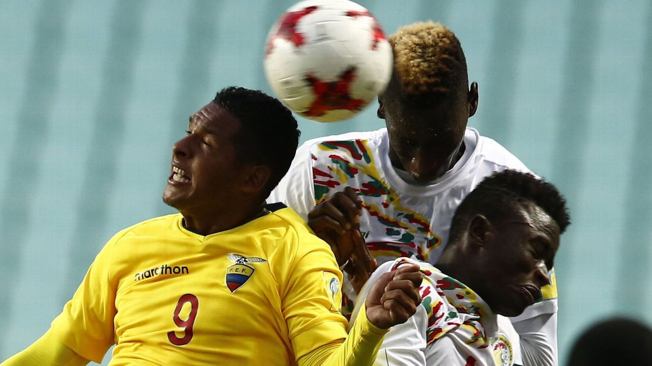 Cavin Diagne (C) of Senegal and Herlin Lino (L) of Ecuador in action