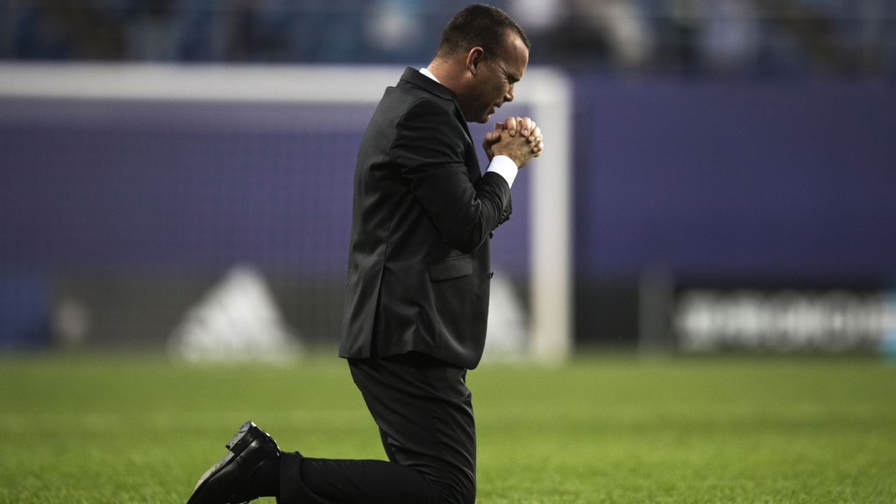 Venezuela coach celeb v Uruguay 160608
