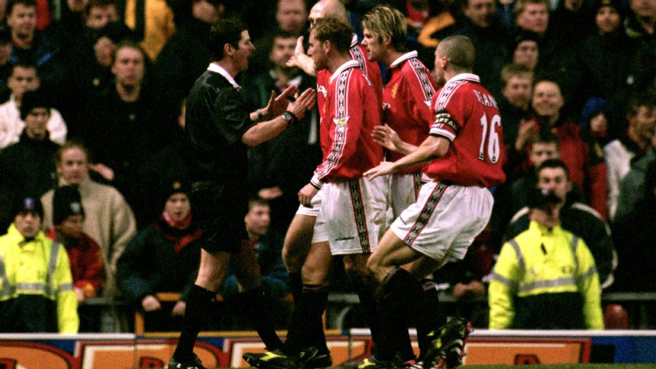 Man United players haranguing Andy D'Urso after he awarded a penalty to Middlesbrough in 2000