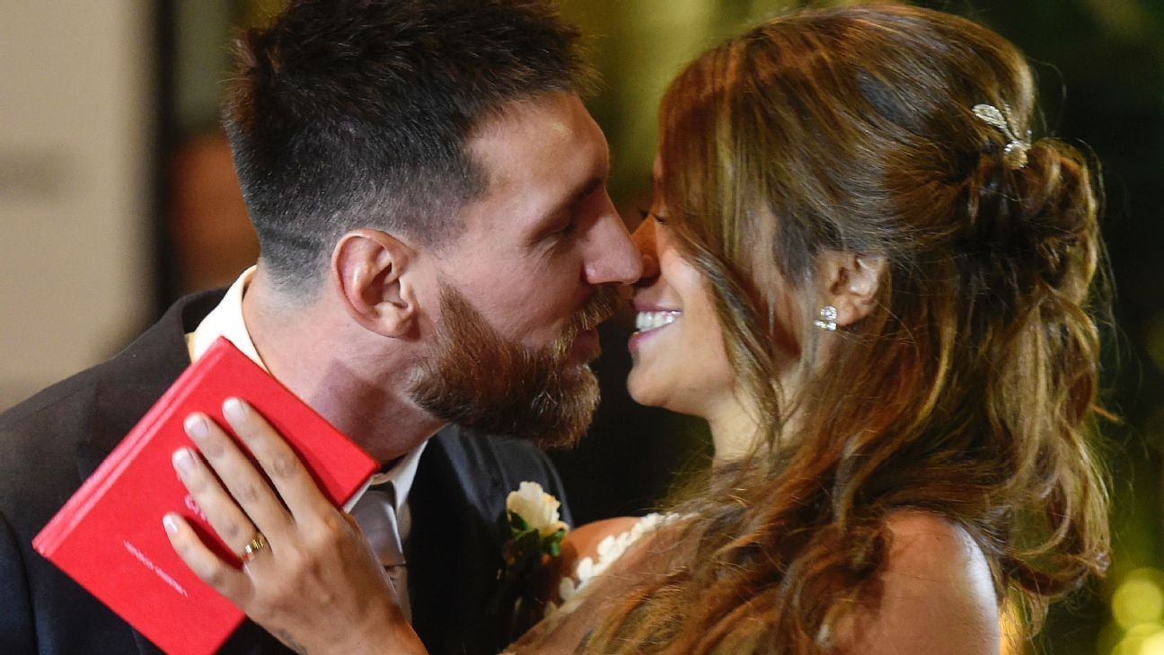 Messi wedding kiss