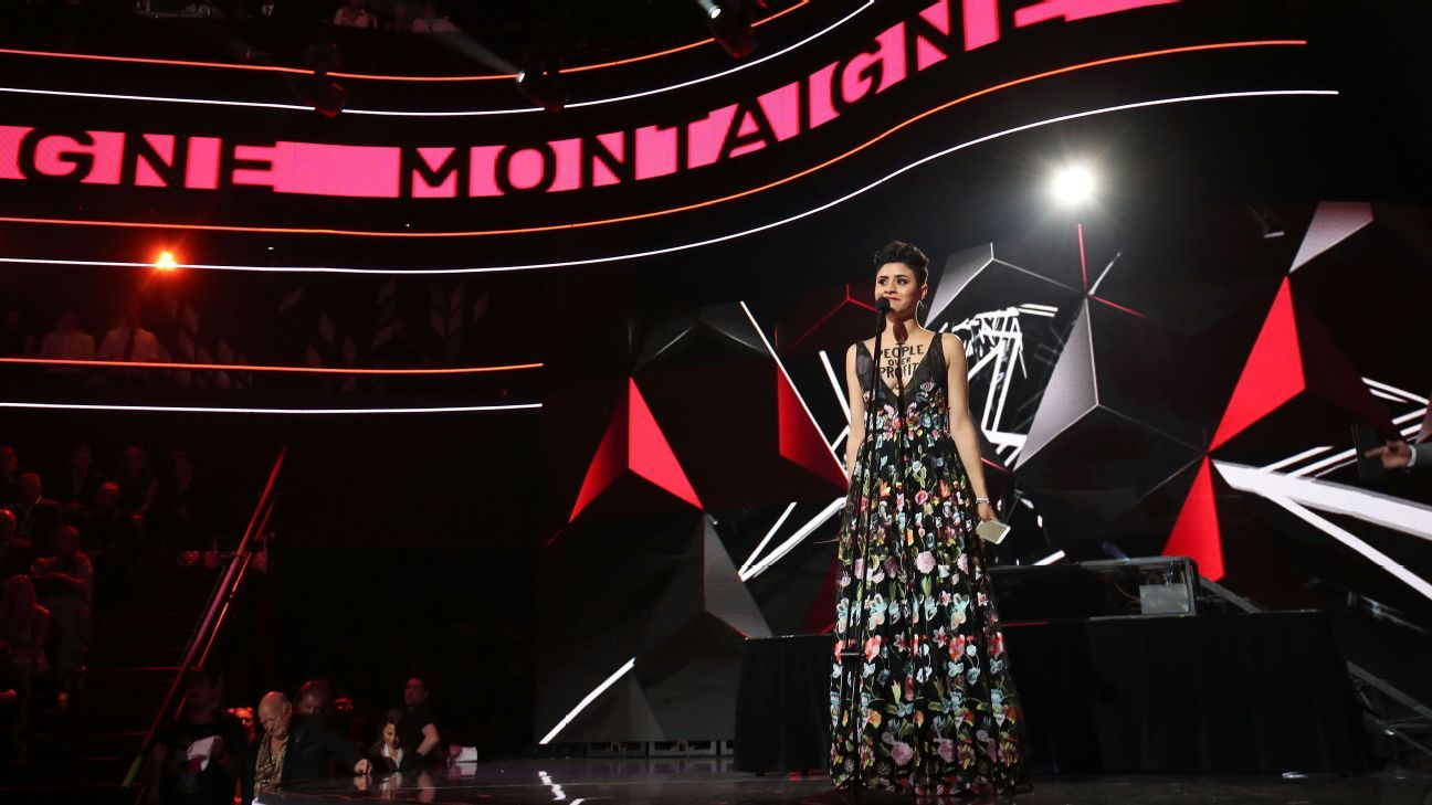 Montaigne on stage in 2016 ARIA awards