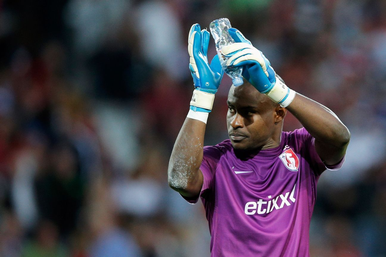Enyeama applaudes the Lille fans at half time during their UEFA Champions League third qualifying match against Grasshopper Club Zurich