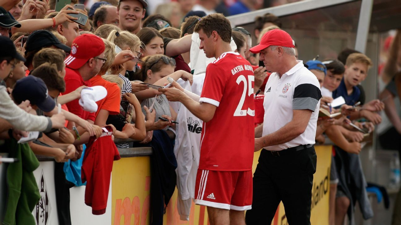 Muller signs autographs at Bayern friendly 170706