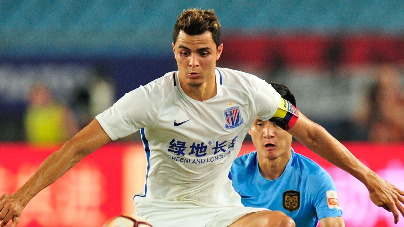 Giovanni Moreno in action for Shanghai Shenhua against Jiangsu Suning.