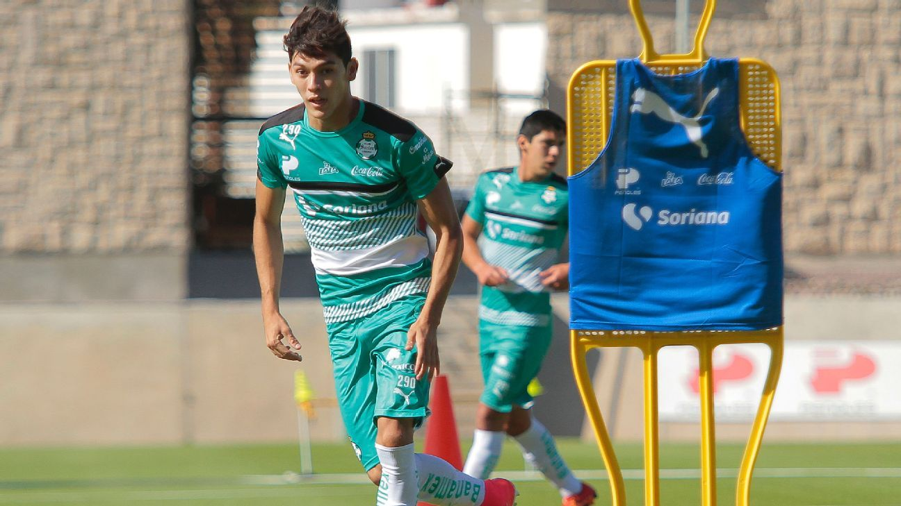 Gerardo Arteaga trains with Santos.