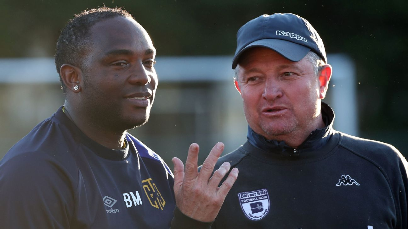 Benni McCarthy, coach of Cape Town City FC (l) in discussion with Gavin Hunt, coach of Bidvest Wits
