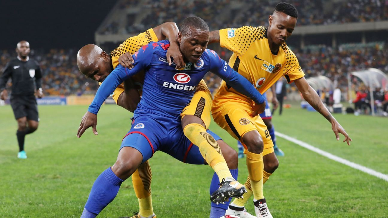 Thuso Phala of SuperSport United challenged by Ramahlwe Mphahlele and Joseph Molangoane of Kaizer Chiefs