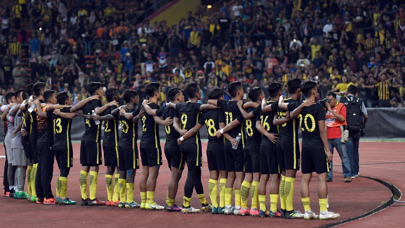 Malaysia salute crowd v Singapore 2017 SEA Games