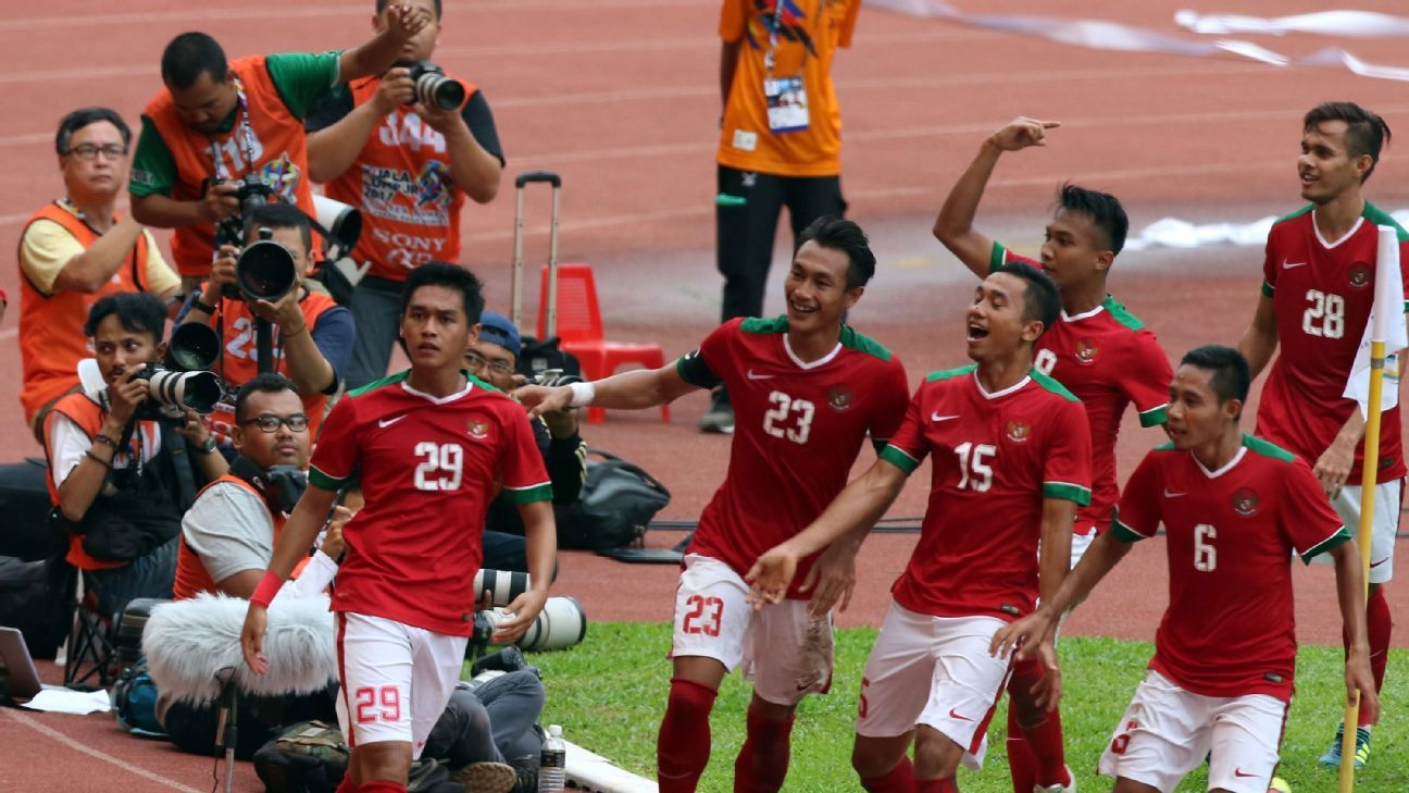 Indonesia celebrate goal in 2017 SEA Games