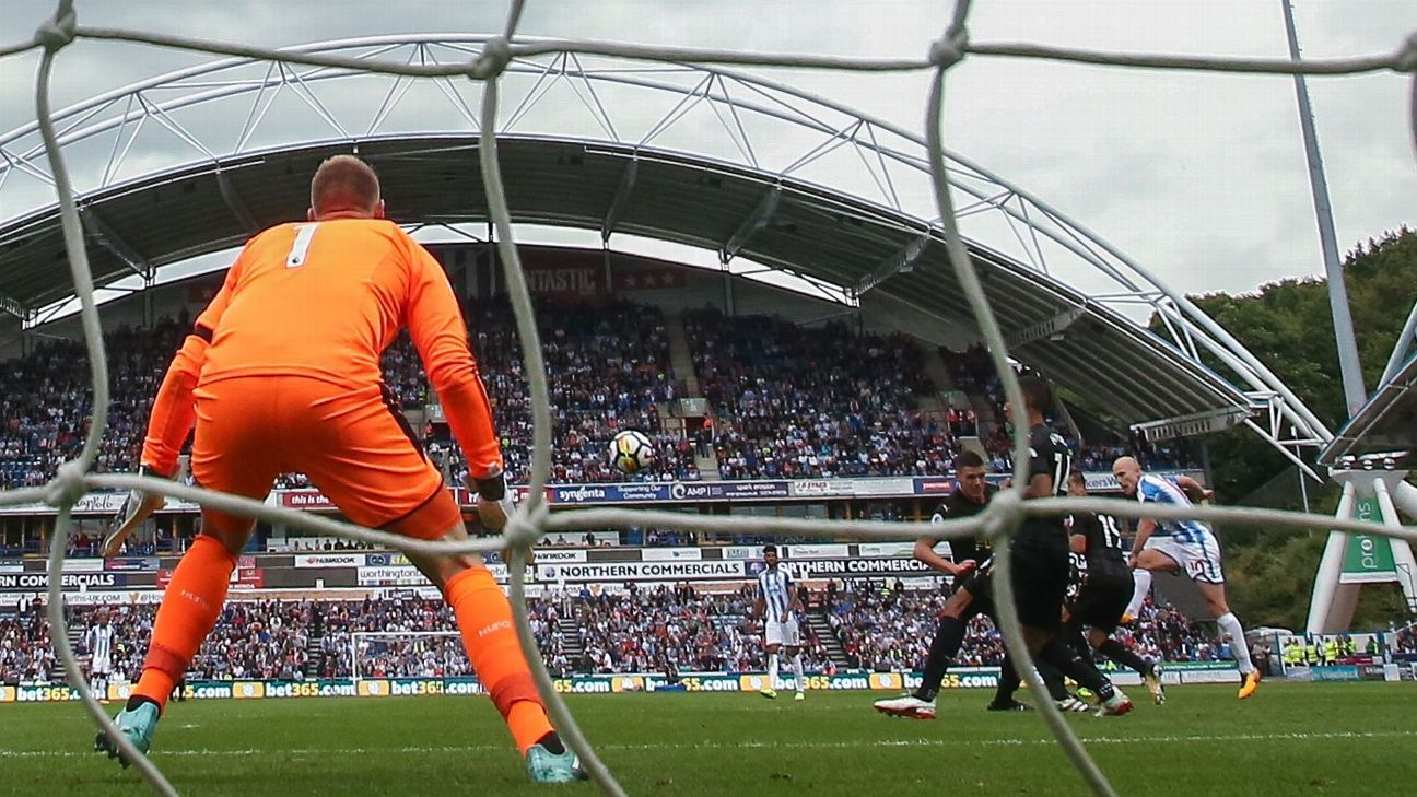 Aaron Mooy of Huddersfield Town scores vs. Newcastle