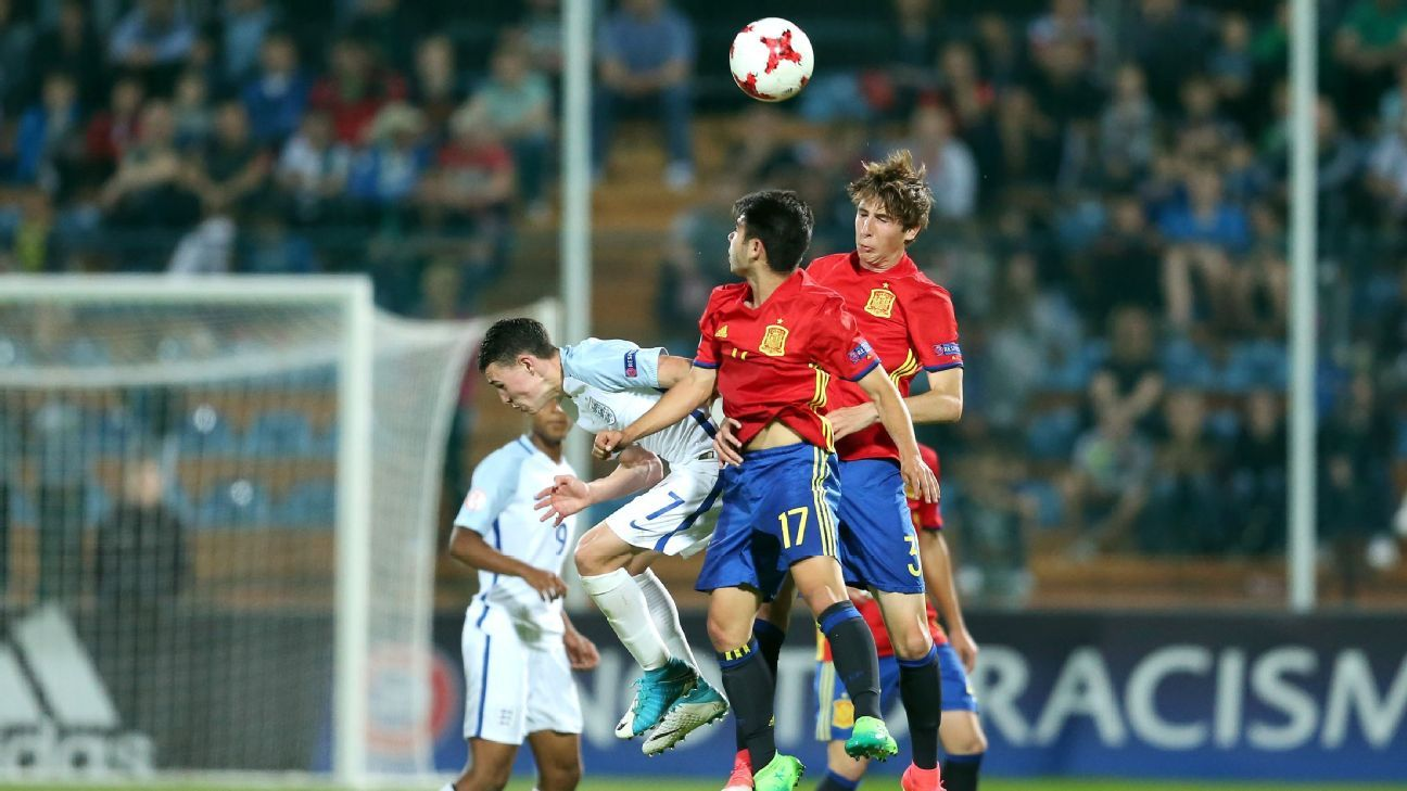 Spain and England players vie for the ball during the 2017 Euro U-17 final on May 19, 2017.