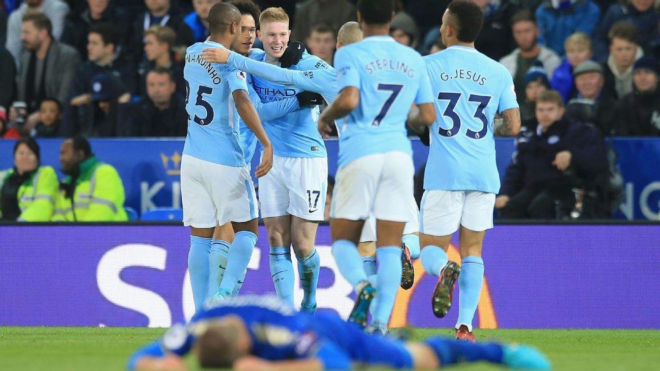 Manchester City players celebrate Kevin De Bruyne's goal against Leicester