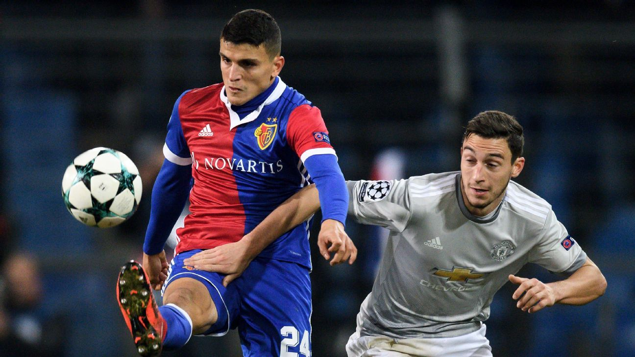 Matteo Darmian and Mohamed Elyounoussi vie for the ball during Man United and Basel's UCL match.