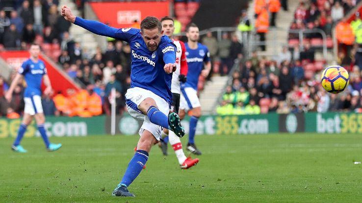 Gylfi Sigurdsson scores for Everton against Southampton.