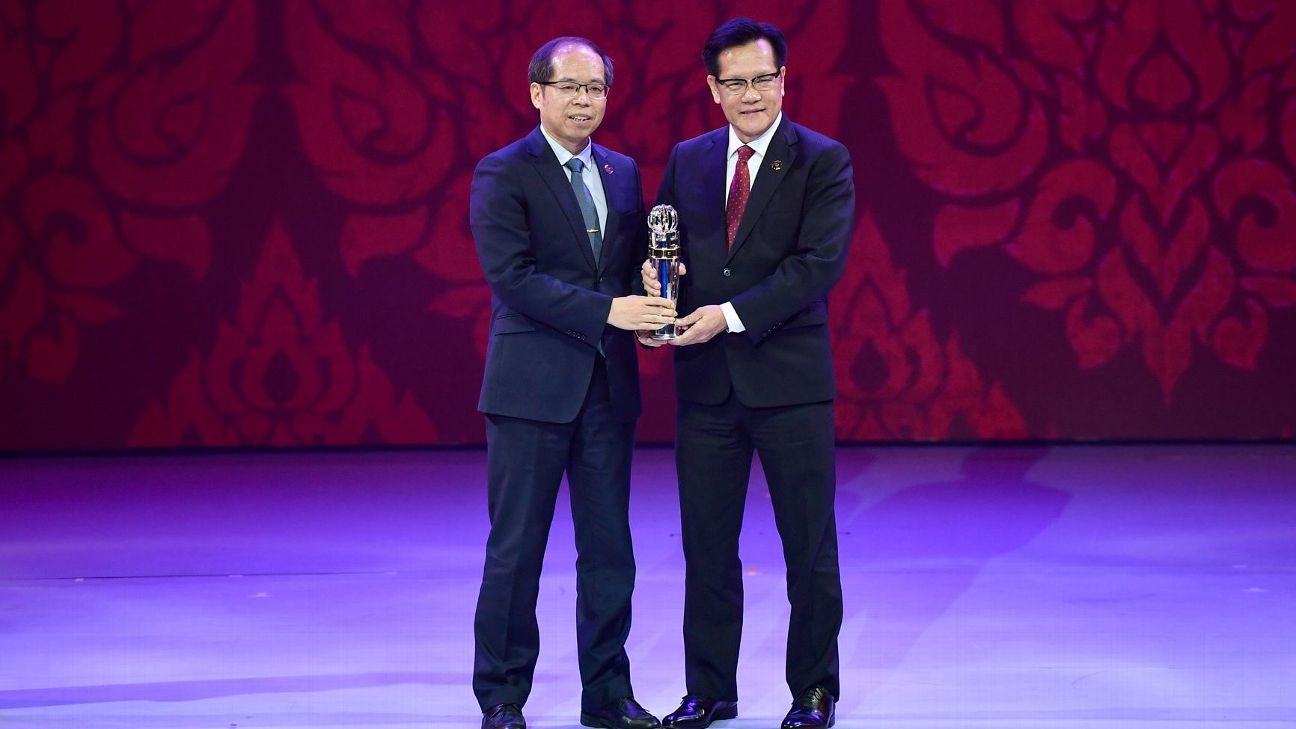 FAS boss Lim Kia Tong accepts 2017 AFC Award