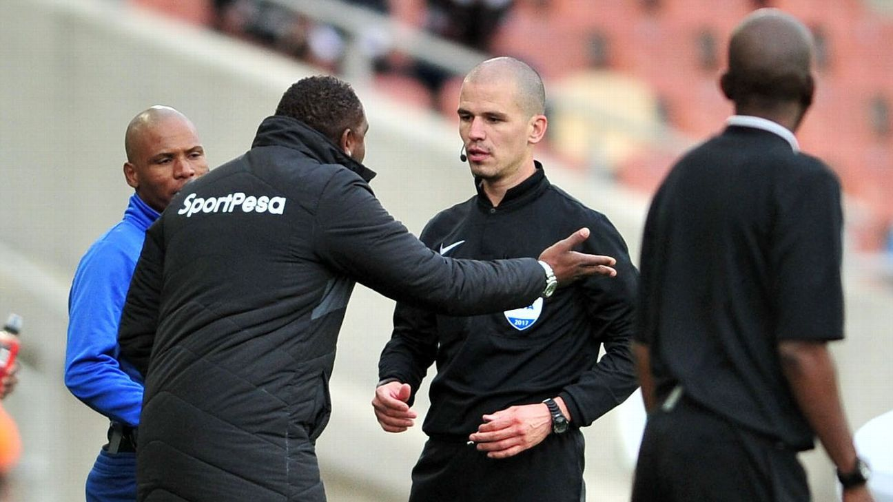 FC Cape Town coach Benni McCarthy argues with referee Victor Gomes
