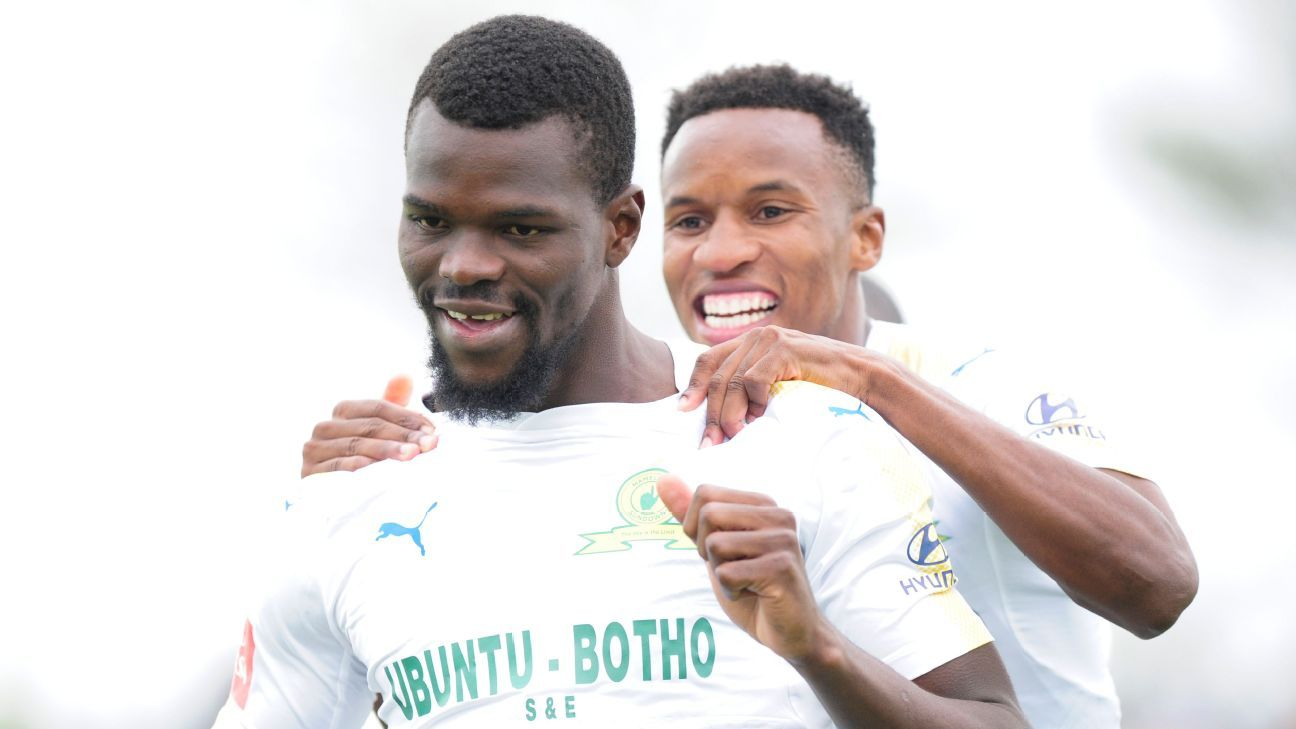 Themba Zwane and Bangaly Soumahoro of Mamelodi Sundowns