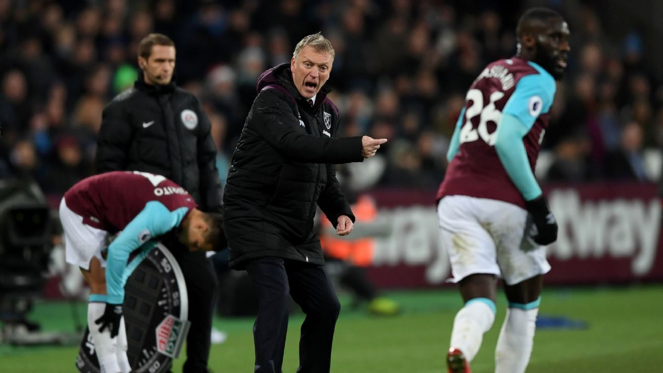 David Moyes gestures to his team during West Ham's match against Arsenal.