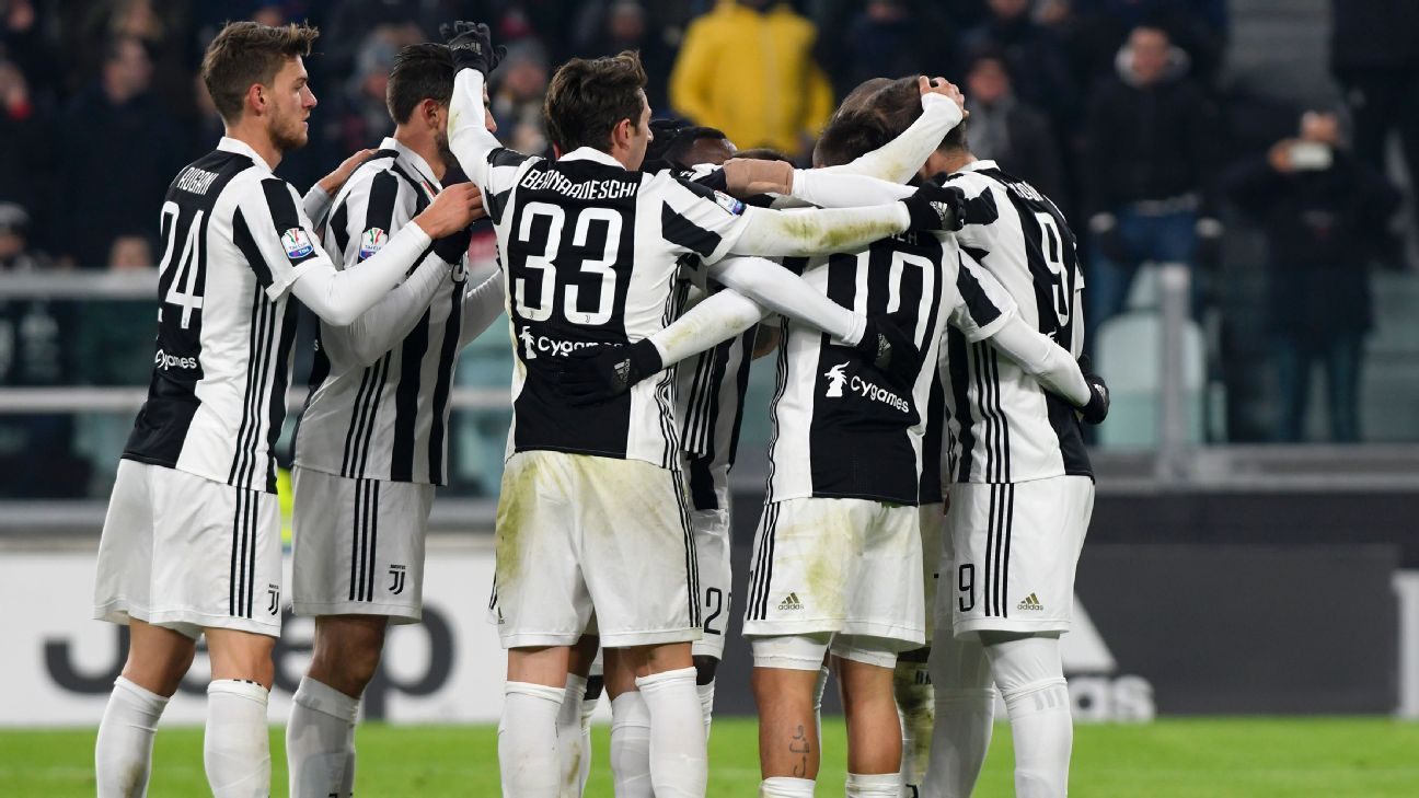 Juventus celebrate as a team vs. Genoa.