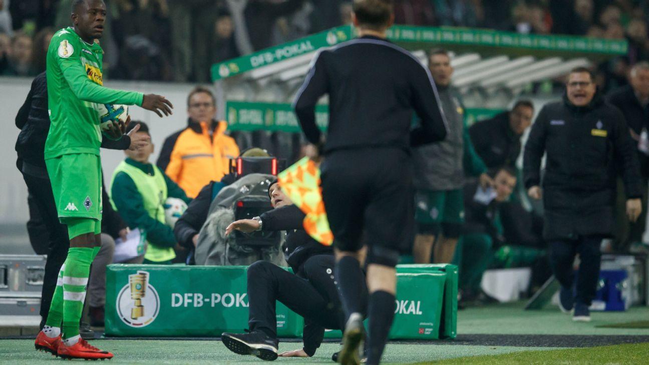 Heiko Herrlich Bayer coach falls against Gladbach.