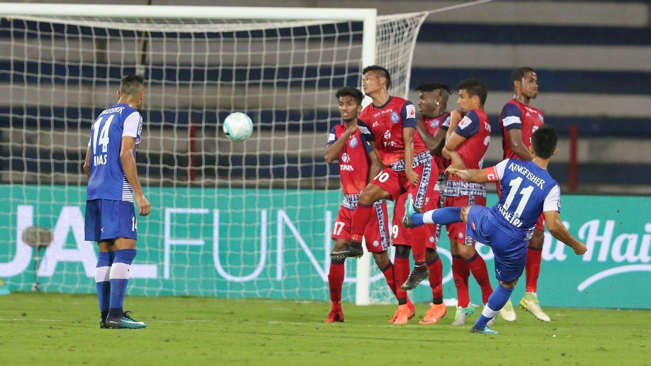 Jamshedpur defend a free kick against Sunil Chhetri.