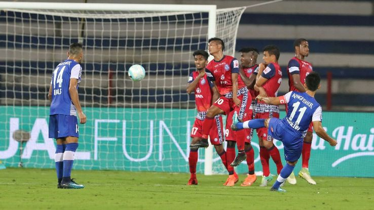 Jamshedpur defend a free kick against Sunil Chhetri.
