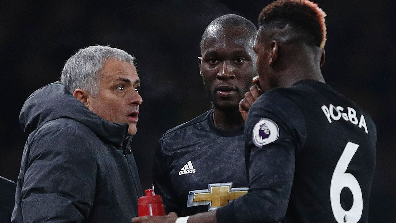 Manchester United boss Jose Mourinho talks to Romelu Lukaku and Paul Pogba on the sidelines