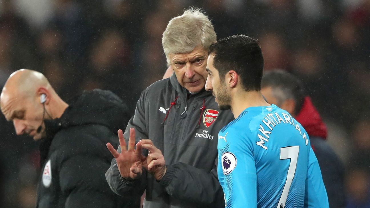 Arsene Wenger talks with Henrikh Mkhitaryan during Arsenal's loss to Swansea.