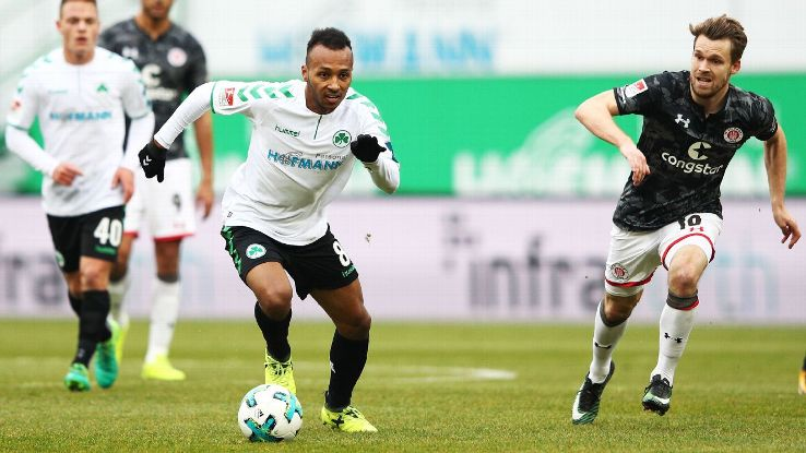 Julian Green dribbles the ball upfield in a 2.Bundesliga match for Greuther Fuerth.
