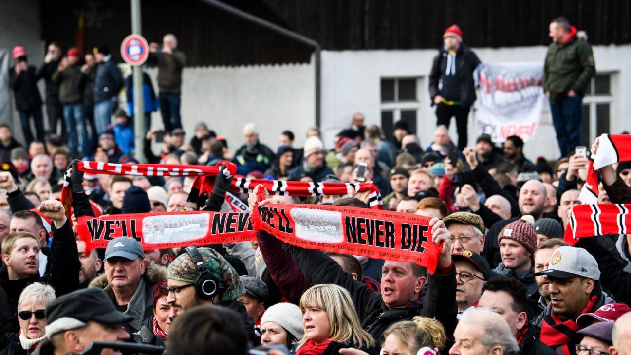Man United supporters honour the fallen in Munich on the 60th anniversary of the Munich air disaster.