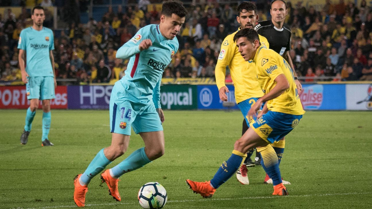Barcelona's Philippe Coutinho dribbles the ball against Las Palmas.