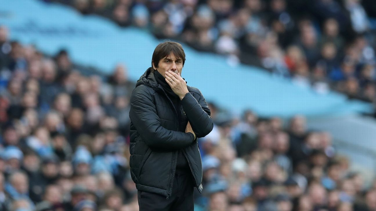 Antonio Conte looks on vs. Man City.