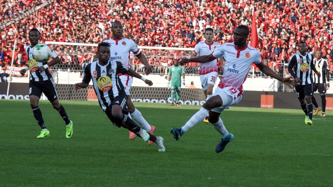 Wydad Athletic Club player Amin Tighazoui vs. TP Mazembe Deogracias Kanda a Mukok