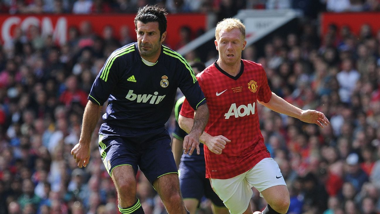 Paul Scholes (R) vies with Real Madrid legend Luis Figo