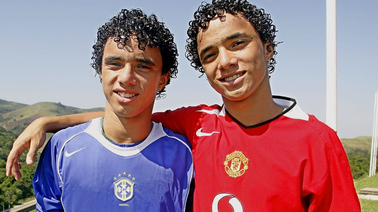 Rafael, right, with his twin brother Fabio in 2006.