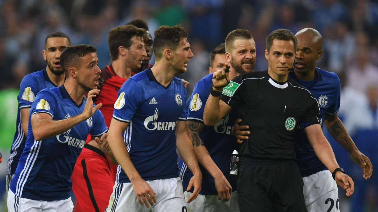 Schalke players argue with referee Robert Hartmann