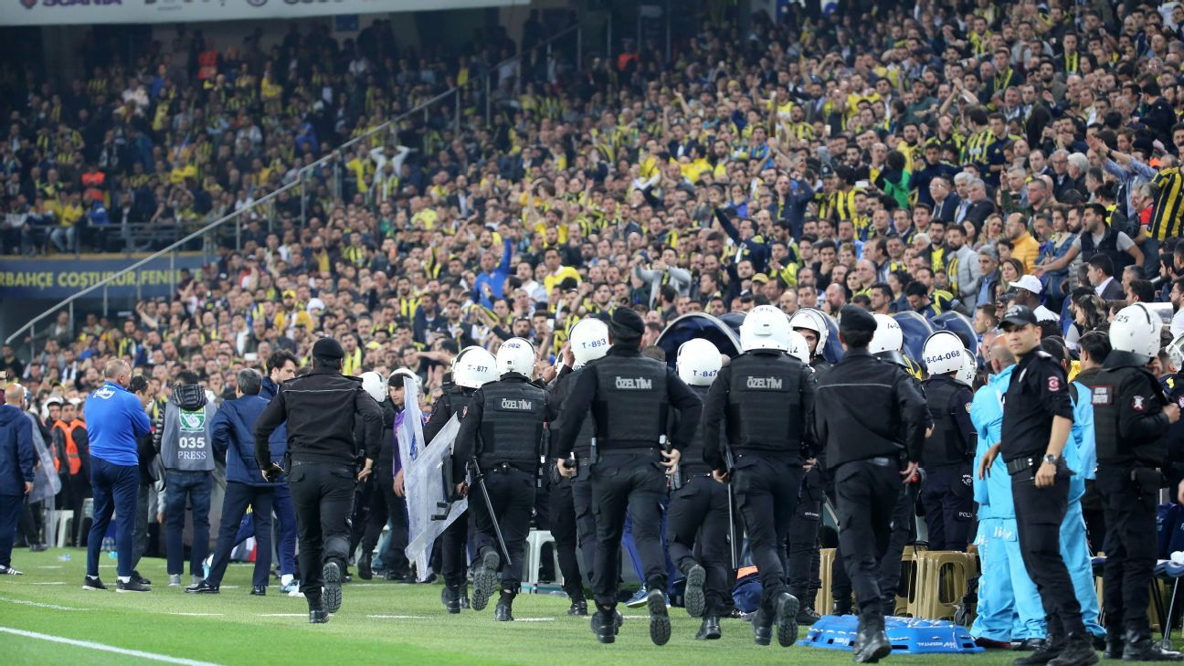 Besiktas and Fenerbache's initial semifinal was abandoned.