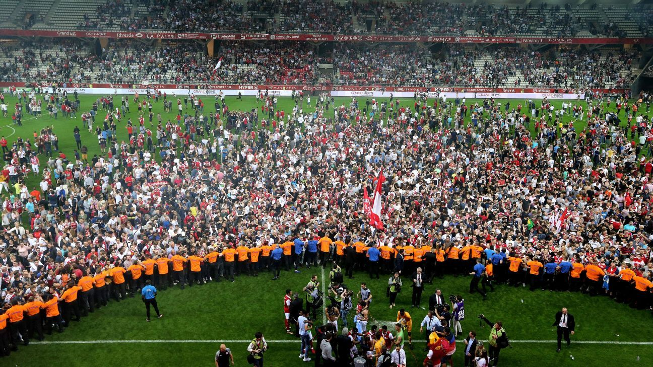 Reims celebrate their promotion back to Ligue 1.